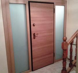 puerta entrada vivienda acorazada con fijos laterales con cristal de seguridad, en Roble, interior